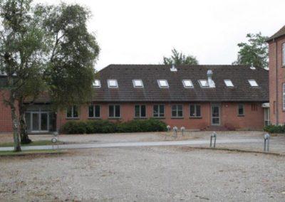 Bygning 3 rummer omsorgs- og stoffri behandling, fælleslokaler og vagtrum.